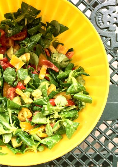 insalata avocado, peperoni e pomodori