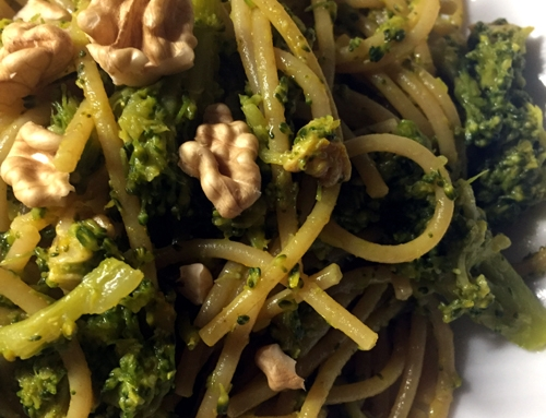 Pasta integrale con broccoli e noci